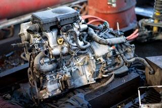 車検工場で整備されるベンツのエンジン