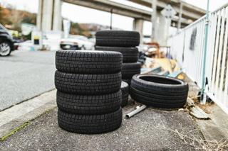 車検工場に置いてある交換タイヤ