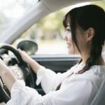 ベンツを緊張しながら運転する女の子