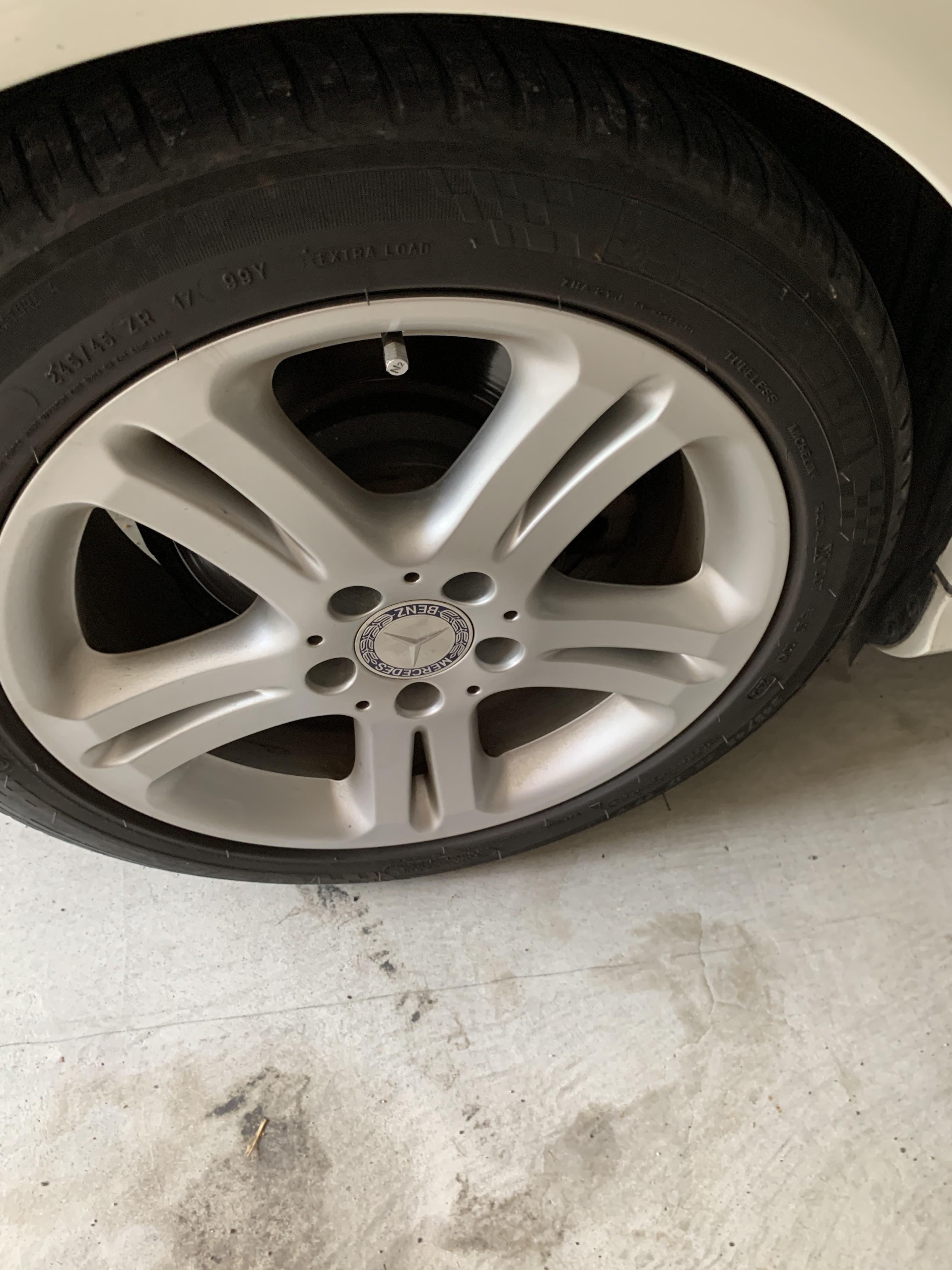 すり減った交換前のタイヤ